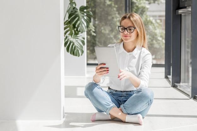 Giovane donna che osserva sul ridurre in pani Foto Gratuite