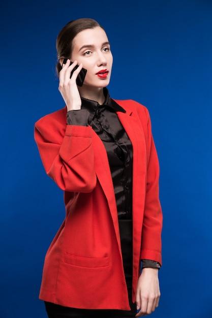 Giovane donna che parla al telefono Foto Premium