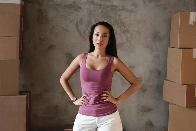 Giovane donna che passa il suo nuovo appartamento Foto Gratuite