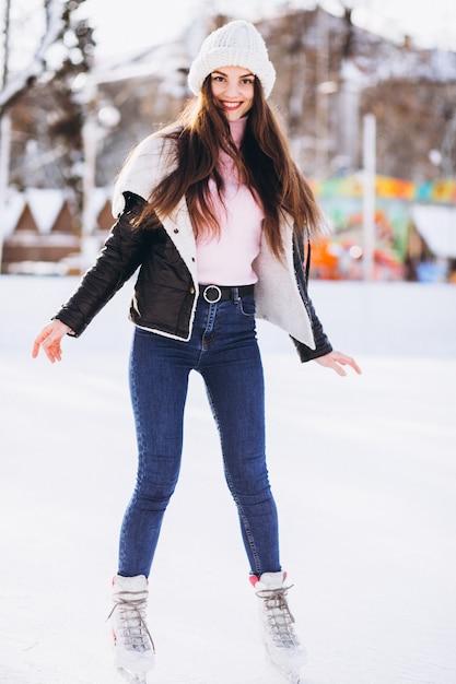 Giovane donna che pattina su una pista di pattinaggio in un centro città Foto Gratuite