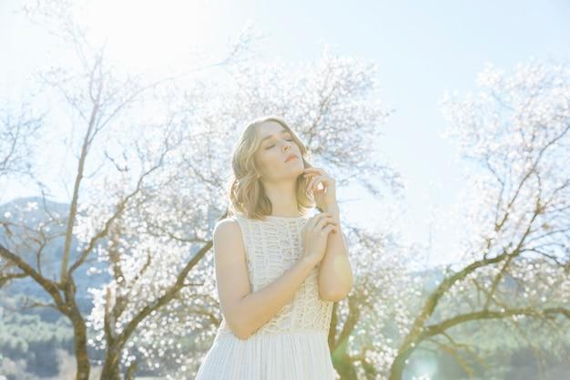 Giovane donna che posa sotto la luce solare Foto Gratuite