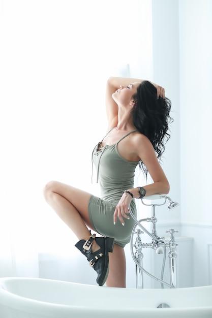 Giovane donna che posa vicino al bagno Foto Gratuite