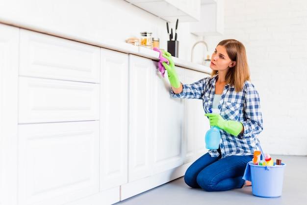 Giovane donna che pulisce la casa Foto Gratuite