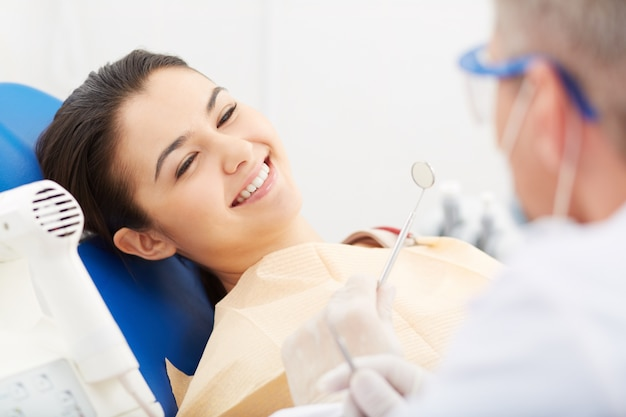 Giovane donna che riceve dentale check-up Foto Gratuite