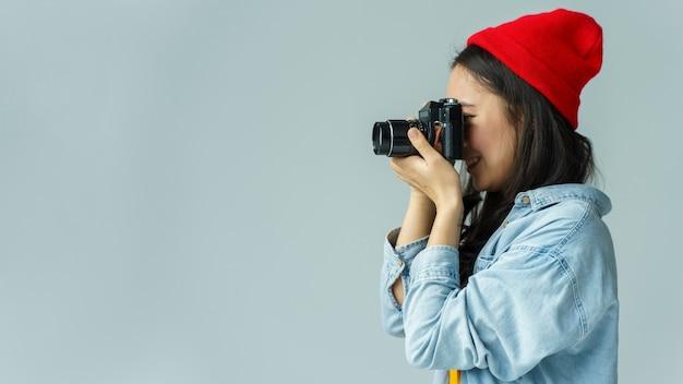 Giovane donna che scatta foto Foto Gratuite