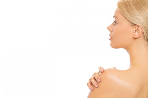Giovane donna che usando la crema per la pelle Foto Premium
