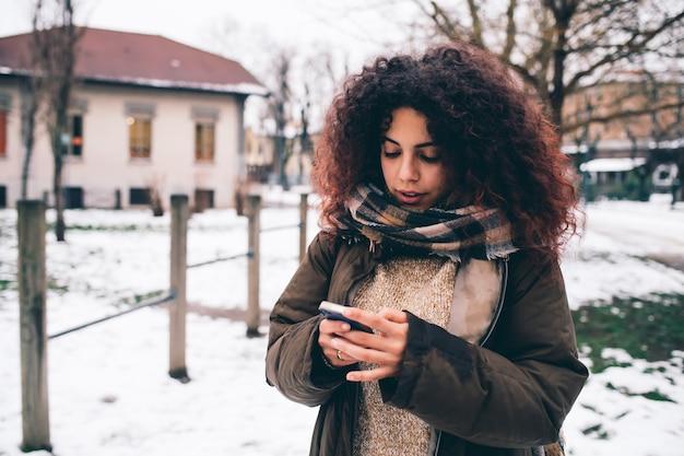 Giovane donna che usando smartphone Foto Premium