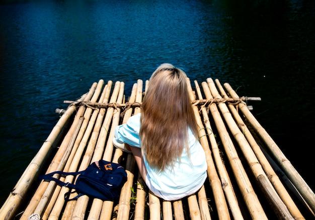 Giovane donna che viaggia su una zattera Foto Gratuite