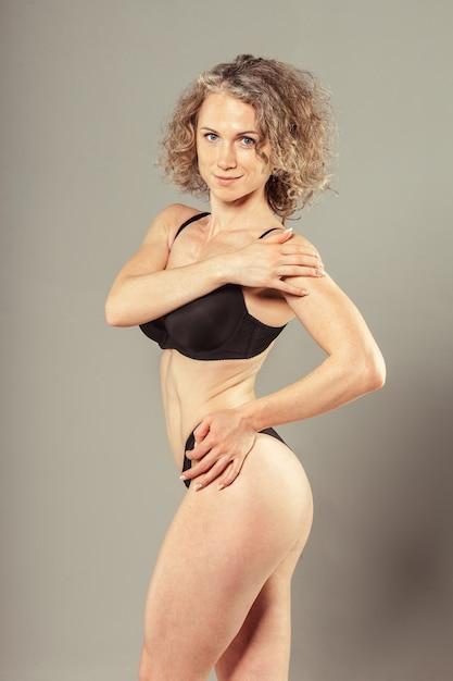 Giovane donna con bel corpo perfetto slim in bikini Foto Premium