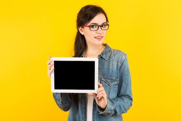 Giovane donna con computer tablet Foto Premium