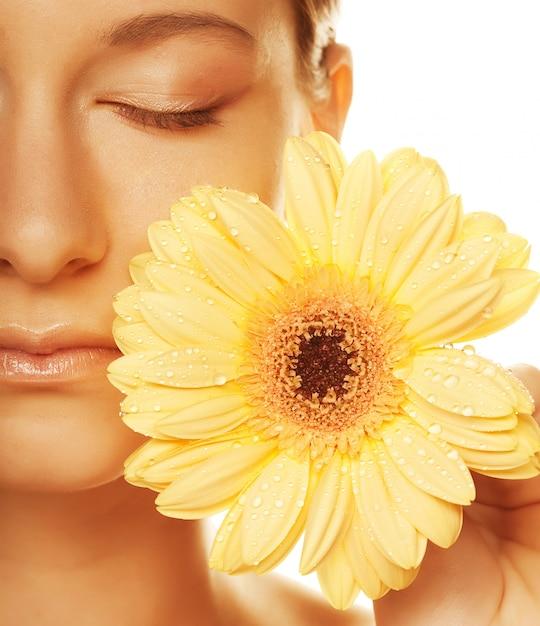 Giovane donna con fiore gerber isolato Foto Premium
