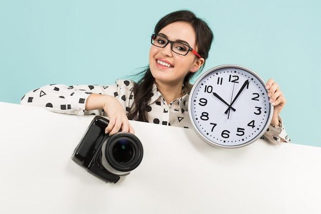 Giovane donna con fotocamera e orologi Foto Premium