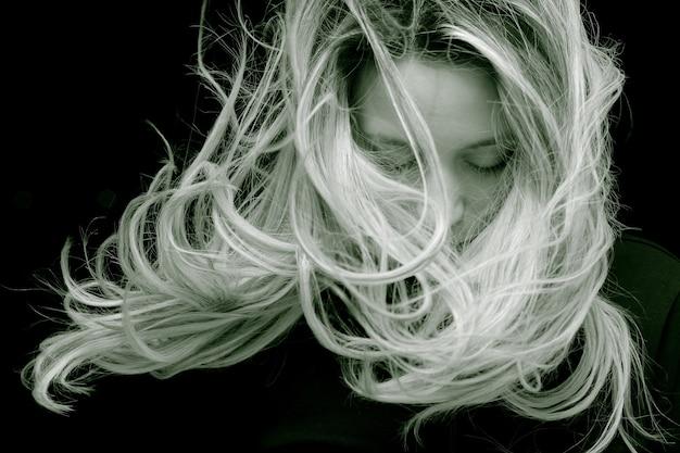 Giovane donna con i capelli lunghi in posa Foto Gratuite
