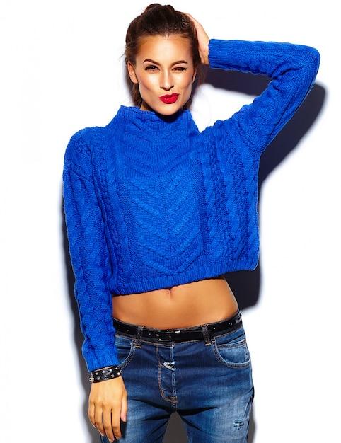 Giovane donna con labbra rosse che indossa un maglione blu Foto Gratuite