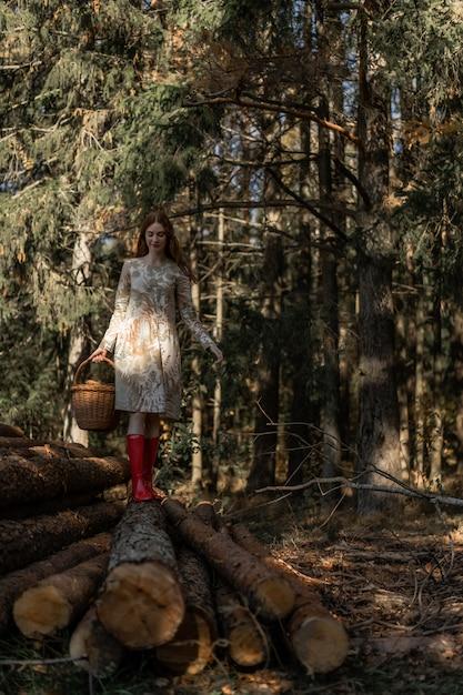 Giovane donna con lunghi capelli rossi in un vestito di ...