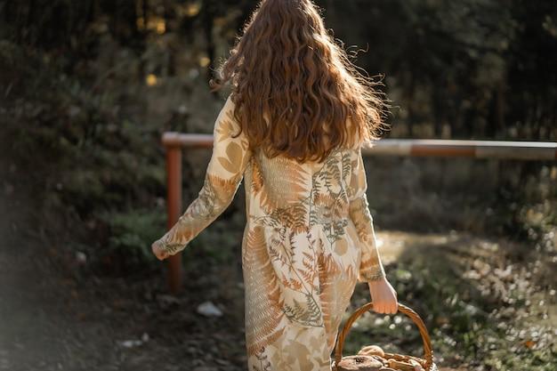pretty nice 794ec d63c5 Giovane donna con lunghi capelli rossi in un vestito di lino ...