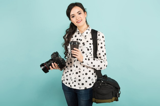 Giovane donna con macchina fotografica e caffè Foto Premium