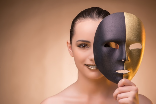 Giovane donna con maschera nel concetto di carnevale Foto Premium