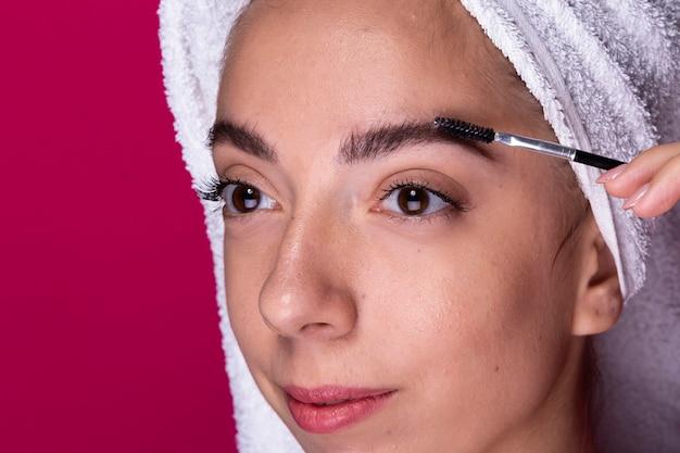 Giovane donna con pennello per gli occhi Foto Gratuite