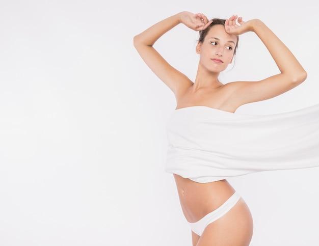 Giovane donna con petto coperto Foto Gratuite