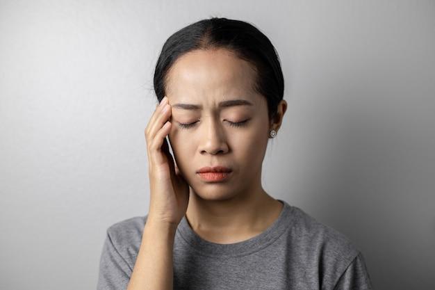 Giovane donna con stress e mal di testa. Foto Premium