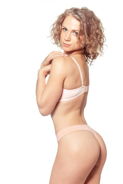 Giovane donna con un bel corpo perfetto slim in bikini Foto Premium