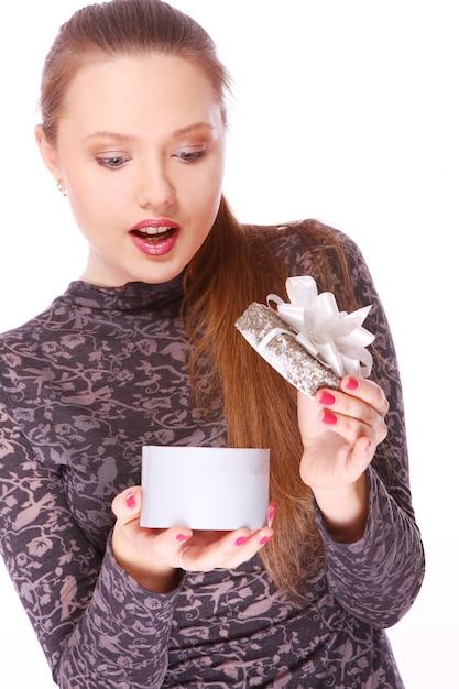 Giovane donna con un piccolo regalo in mano Foto Gratuite
