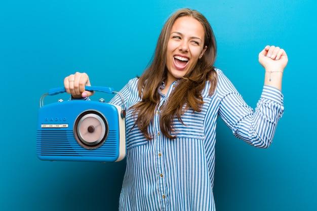 Giovane donna con una radio vintage Foto Premium