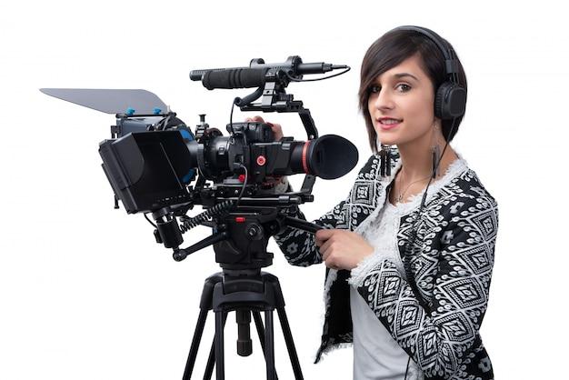 Giovane donna con videocamera professionale, dslr, su bianco Foto Premium
