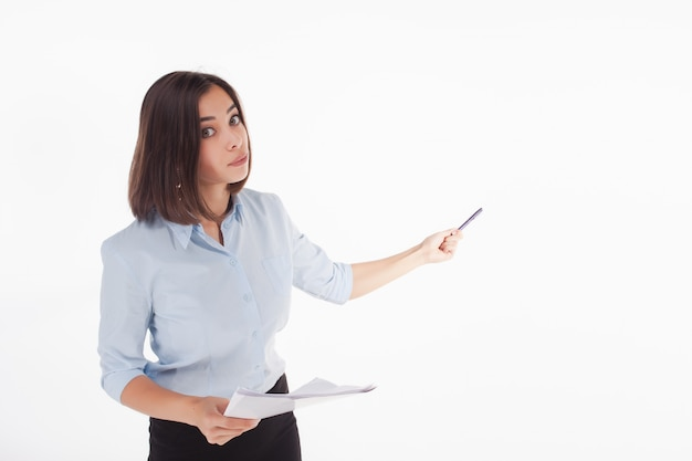 Giovane donna d'affari che mostra qualcosa in posa Foto Gratuite