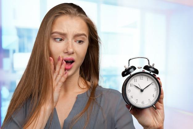 Giovane donna d'affari con l'orologio Foto Premium