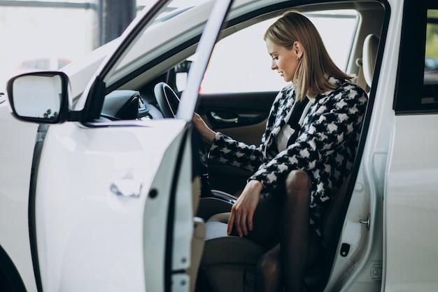 Giovane donna d'affari, scegliendo un'auto Foto Gratuite