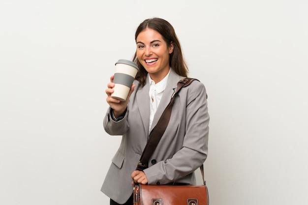 Giovane donna d'affari sul muro bianco isolato Foto Premium