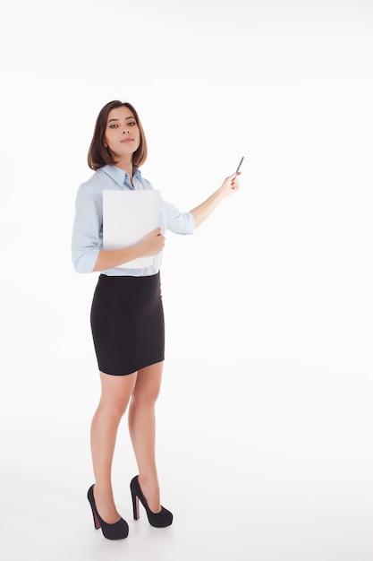 Giovane donna di affari che mostra qualcosa su bianco Foto Gratuite