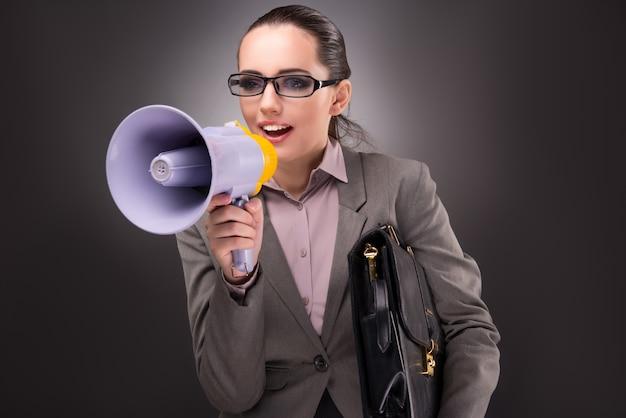 Giovane donna di affari con l'altoparlante nel concetto di affari Foto Premium