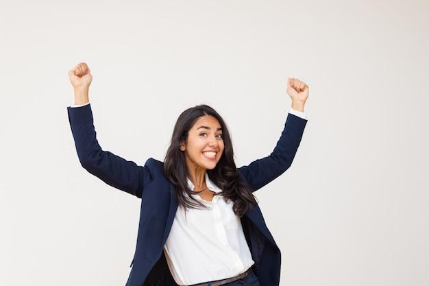 Giovane donna di affari emozionante che trionfa Foto Gratuite