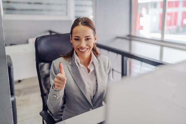 Giovane donna di affari sorridente caucasica attraente splendida in vestito Foto Premium
