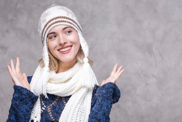 Giovane donna di smiley di vista frontale con il cappello Foto Gratuite
