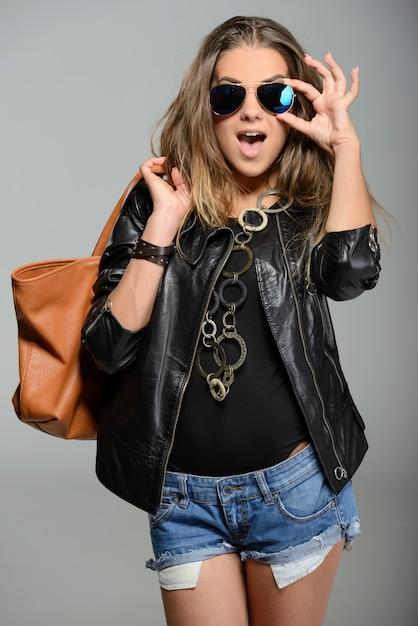 Giovane donna di stile rock in bicchieri Foto Premium