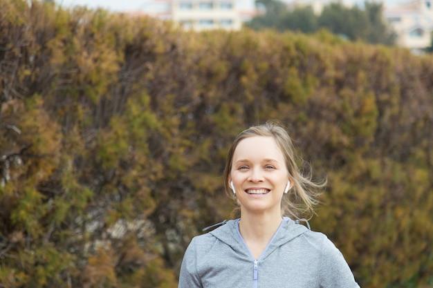 Giovane donna emozionante che funziona nella sosta di autunno Foto Gratuite
