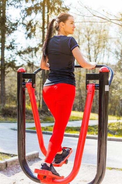 Giovane donna facendo esercizi all'aperto Foto Gratuite