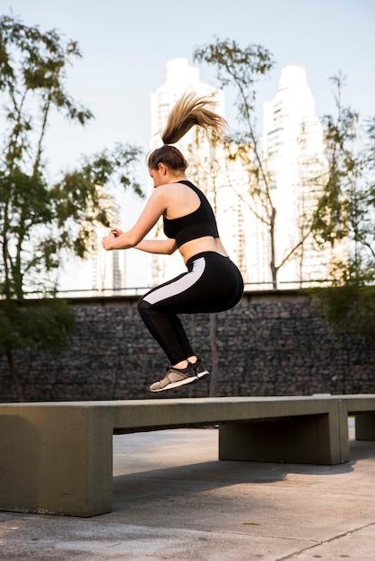 Giovane donna facendo esercizi in strada Foto Gratuite