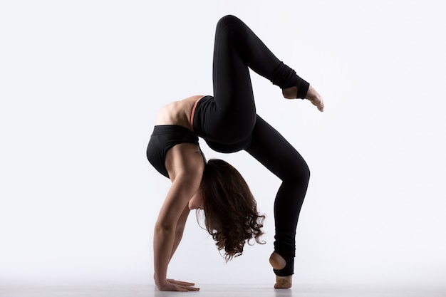Giovane donna facendo esercizio di ponte Foto Gratuite