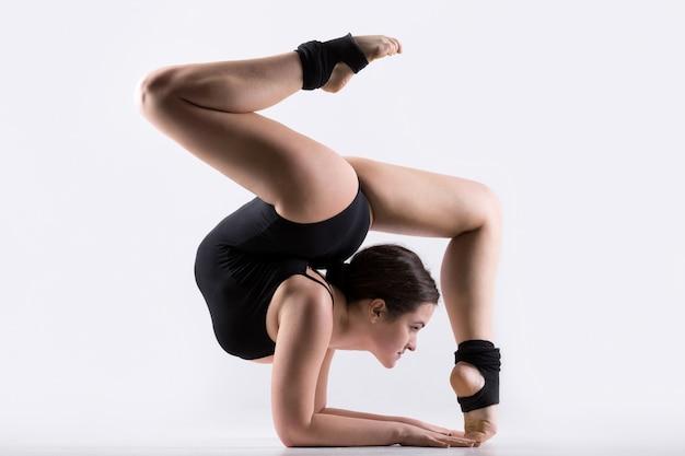 Giovane donna facendo ginnastica esercizio fisico Foto Gratuite