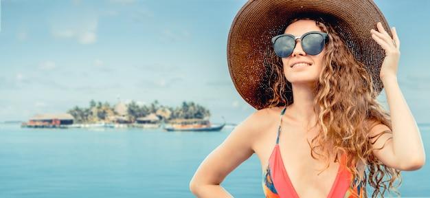 Giovane donna felice alla spiaggia in vacanza di estate. Foto Premium