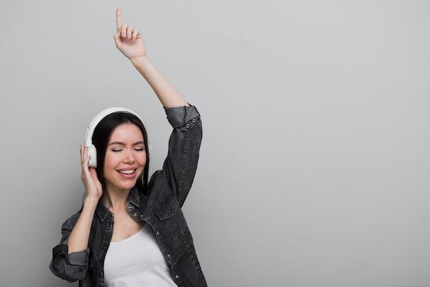 Giovane donna felice che ascolta la musica Foto Gratuite
