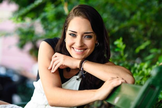 Giovane donna felice con gli occhi azzurri che guarda l'obbiettivo. Foto Premium
