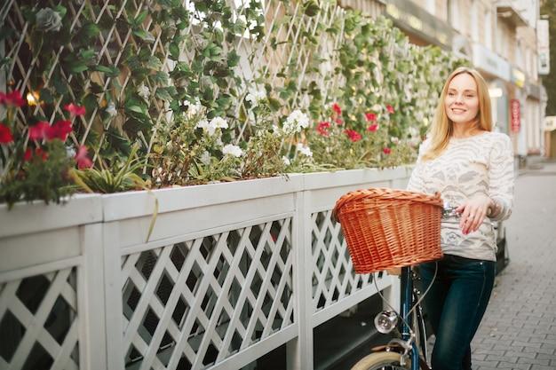 Giovane donna felice su una bicicletta d'epoca Foto Premium