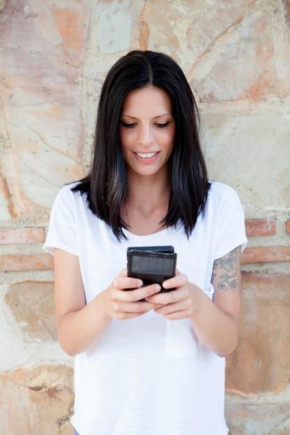 Giovane donna fredda con mobile Foto Premium