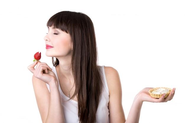 Giovane, donna, godendo, torta Foto Gratuite